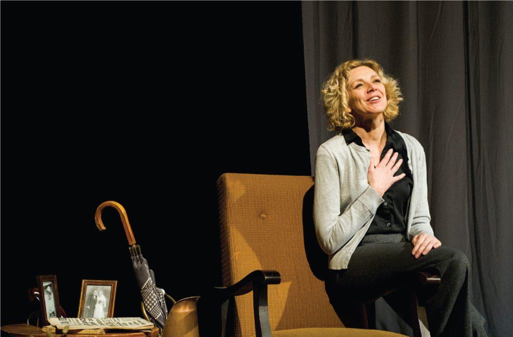 Armelle Lecoeur joue dans une piece de theatre Paroles d'etoiles