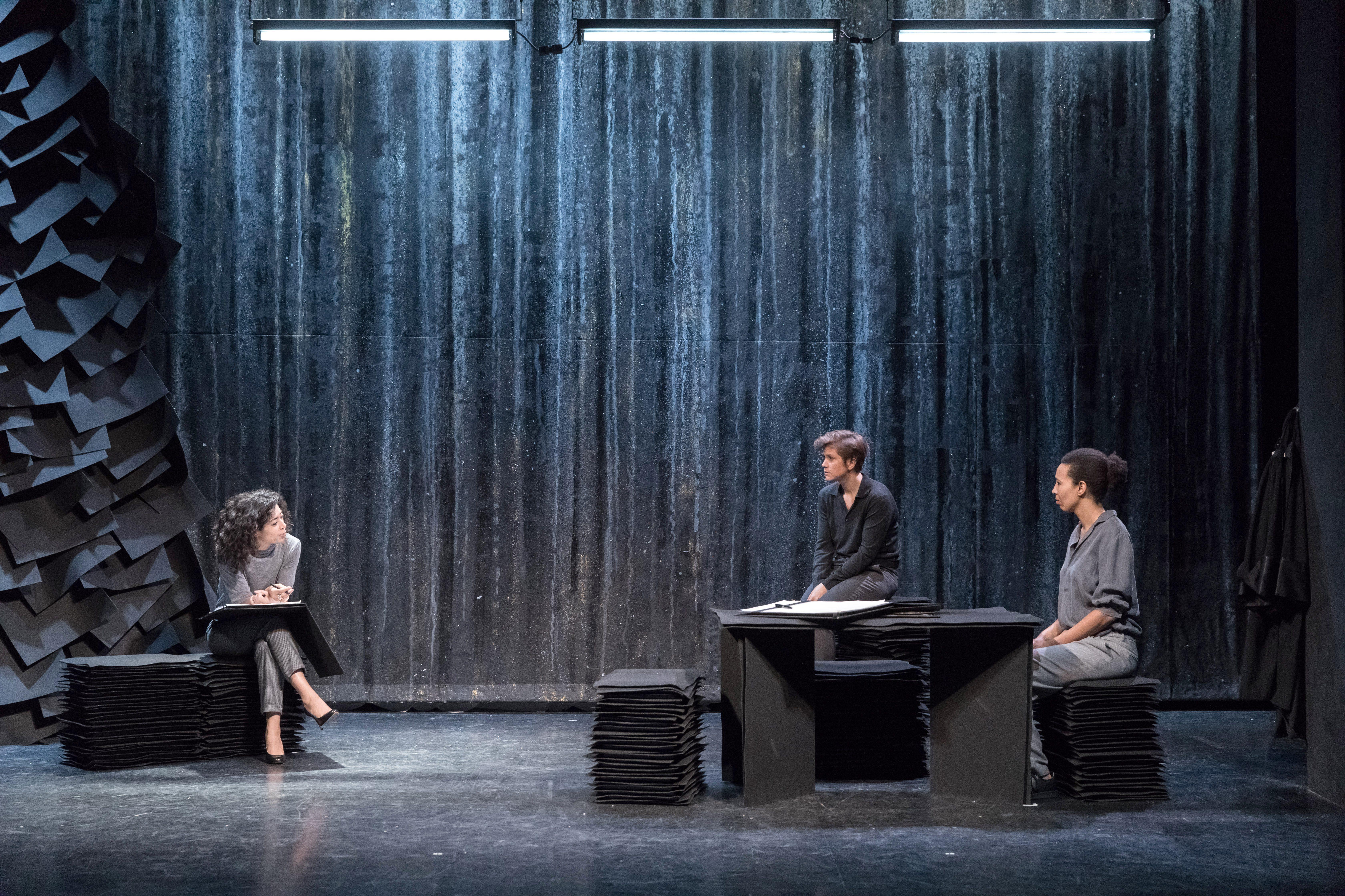 JUSTICE de Samantha Markowic, mise en scene Salome Lelouch au theatre de l'oeuvre du 10 janvier au 31 mars 2018. De gauche a droite : Naidra Ayadi, Oceane Rose Marie, Fatima N'Doye